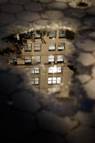 Manhattan dans une flaque d'eau photo reflet pluie