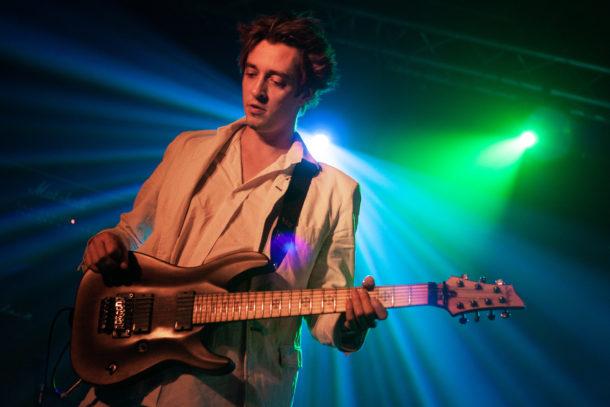 Photo de concert guitariste basse lumière Furykane