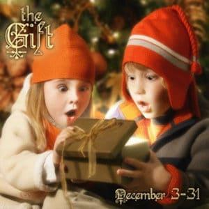 Ouverture cadeau enfants émerveillés photo noel