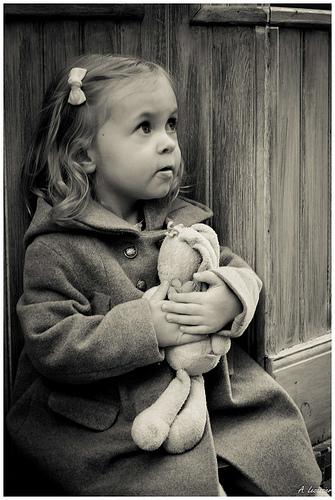 photo enfant doudou fillette noir et blanc