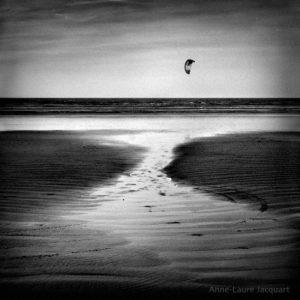 Plage en noir et blanc photo
