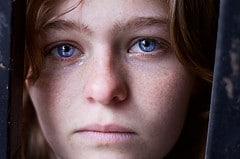portrait photo femme yeux bleus larmes