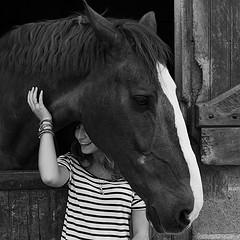 portrait photo femme cheval noir et blanc