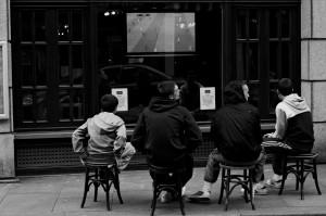 Le foot, c'est sacré photo de rue noir et blanc