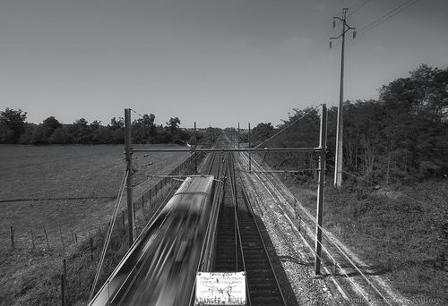 danger de mort train photo noir et blanc pont
