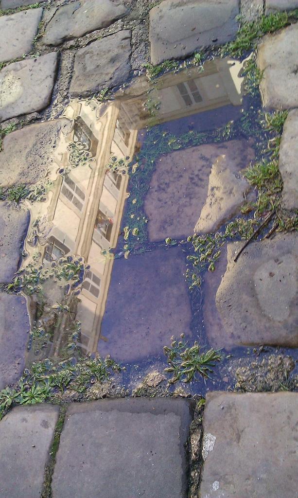 photo de rue flaque pluie eau reflet