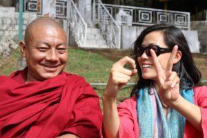 photo toge rouge moine bouddhiste tibétain inde femme