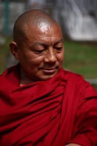 photo toge rouge moine bouddhiste tibétain inde