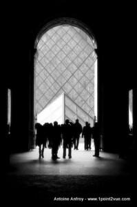 photo louvre noir et blanc contre jour
