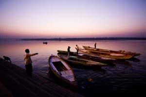 Lever de soleil sur le Gange Varanasi barques