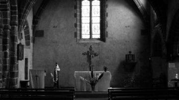 intérieur chapelle lumière noir et blanc vitrail