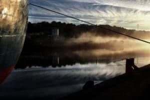 Atmosphère irlandaise photo bateau à quai lever de soleil brume