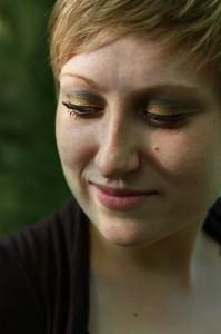 portrait femme cheveux courts blonde