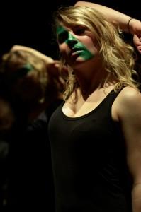 photo portrait femme cheveux blonde peinture verte visage