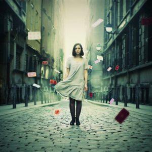photo femme rue cartes qui tombes pluie de cartes Julie de Waroquier