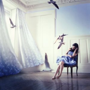 Julie de Waroquier photo liberté oiseaux rideaux blancs femme