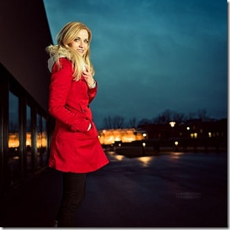 Portrait au flash de nuit femme blonde veste rouge
