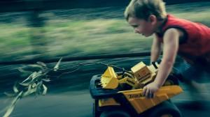 photo enfant qui court joue jouet rue