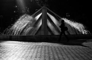 photo de rue fontaine noir et blanc personne silhouette contre jour ombre lumière