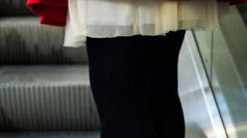Photo sujet coupé femme jupe rouge focale normale composition