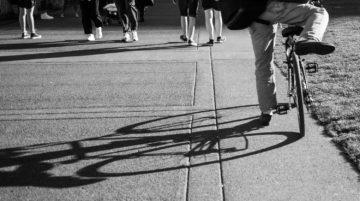 Portland, Oregon photo de rue ombre soleil noir et blanc vélo