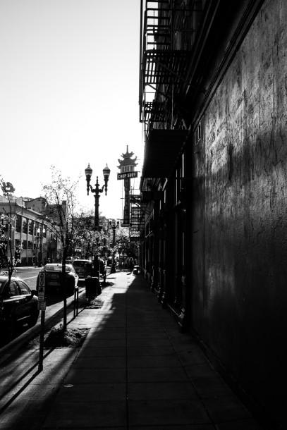 Photo de rue noir et blanc ciel voilé gris