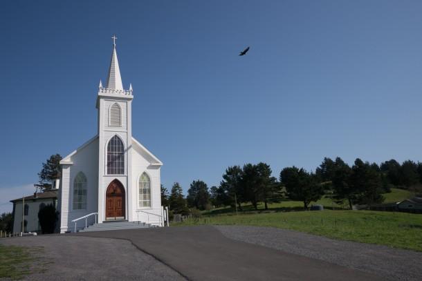 photo chapelle ciel bleu oiseau église Oiseaux d'Hitchcock