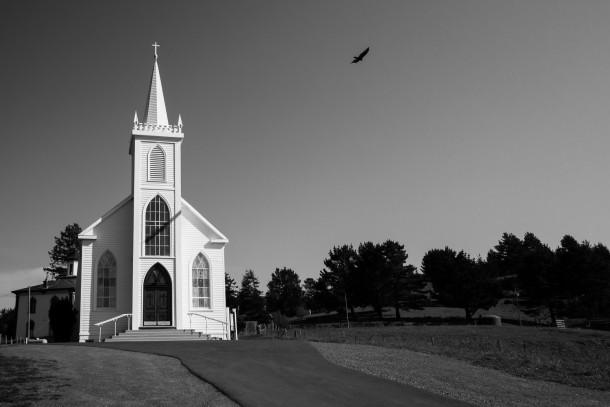 photo chapelle ciel bleu oiseau église Oiseaux d'Hitchcock noir et blanc