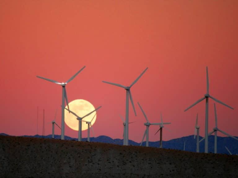 Chuck Coker photo éoliennes coucher de soleil lune ciel rouge