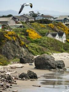 Photo côte mer plage rochers maisons