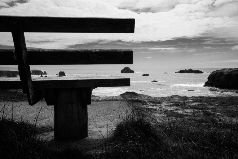 Photo banc falaise mer vagues Coquille Point noir et blanc