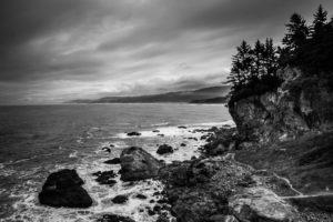 Photo point de vue mer crique noir et blanc rochers vagues