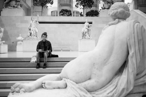 Photo musée femme qui dessine statues