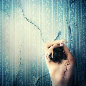 Julie de Waroquier fissures mur femme