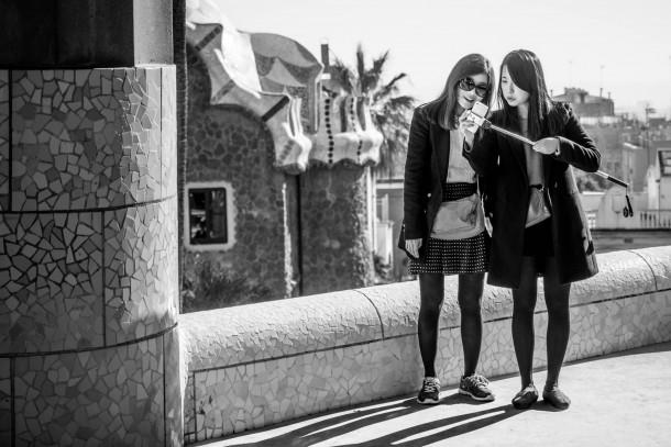 écran orientable Olympus OM-D E-M1 photo de rue parc guell deux femmes noir et blanc