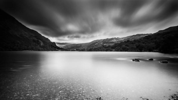 écran orientable Olympus OM-D E-M1 photo paysage lac nuages noir et blanc montagne