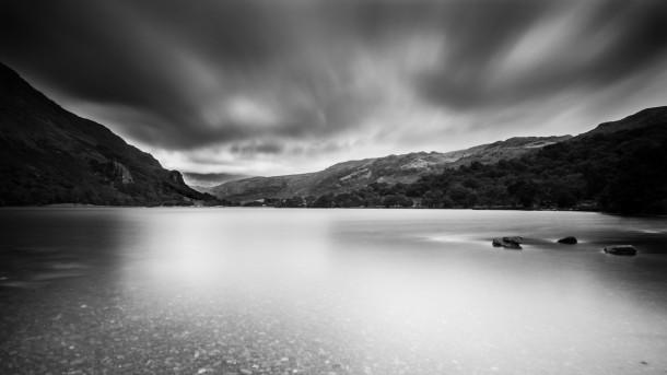 L'effet de lissage de l'eau et des nuages 50 secondes de pose (ici à f/11 et ISO 160) photo lac noir et blanc