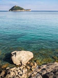 filtre polarisant rochers sous l'eau au premier plan reflets mer
