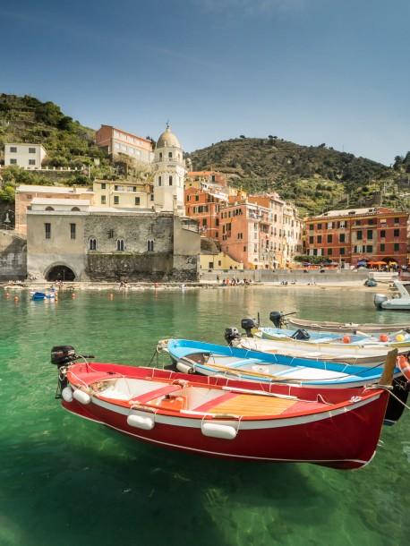 trépied bateaux premier plan eau soleil Manarola Italie Portofino, en Italie photo de paysage composition