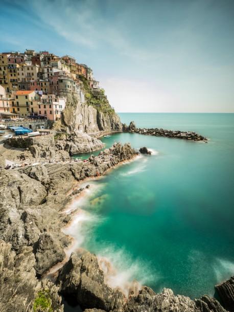cadrer verticalement rochers Manarola, en Italie ville maisons photo de paysage falaise