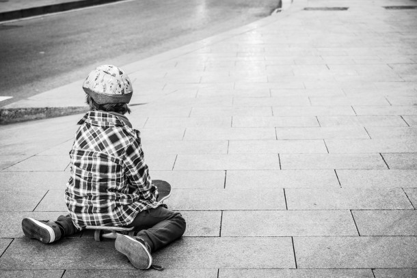 photo enfant de dos skate board rue noir et blanc