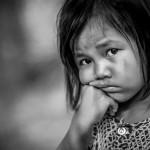 Cambodge photo de voyage enfant noir et blanc fille