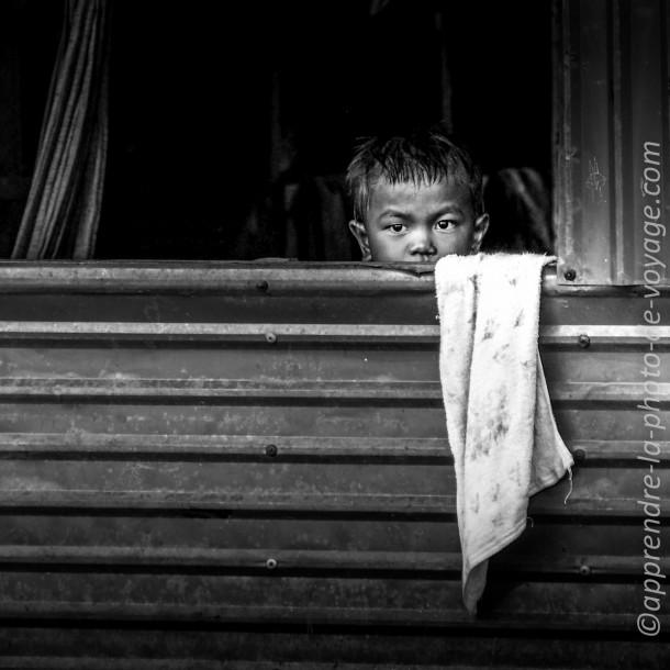 photo de voyage enfant noir et blanc