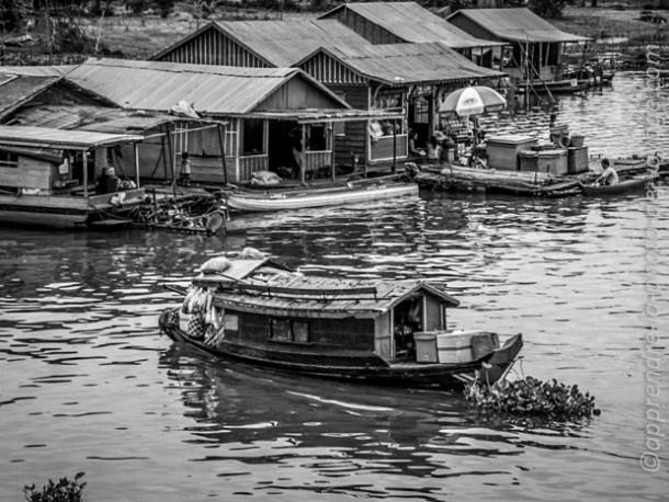 Cambodge photo de voyage barque noir et blanc