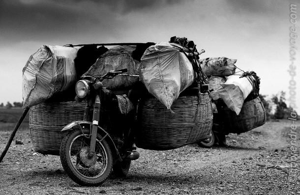 photo noir et blanc moto chargée transport