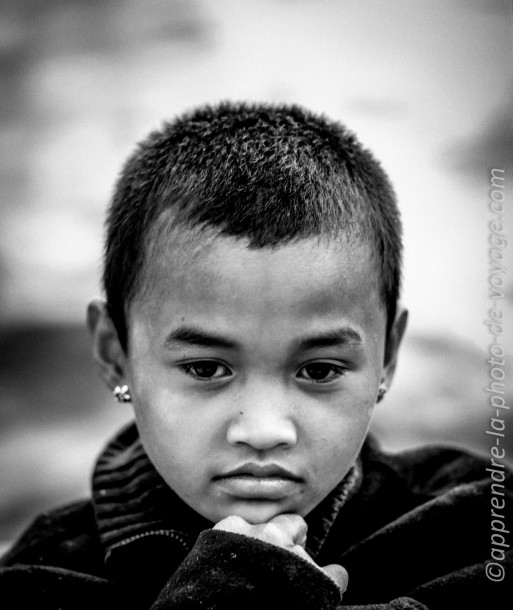 photo de voyage noir et blanc enfant