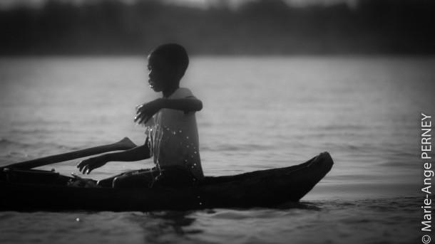 Madagascar enfant barque eau noir et blanc