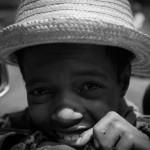Madagascar photo de voyage enfant noir et blanc chapeau