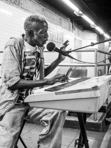 Caesar métro New-York musicien chanteur piano