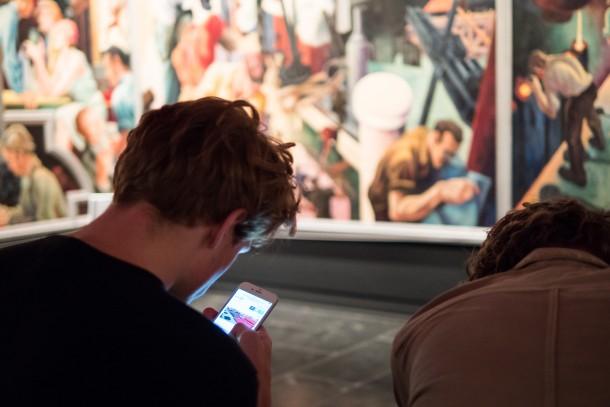 smartphone téléphone musée adolescent tableau oeuvre